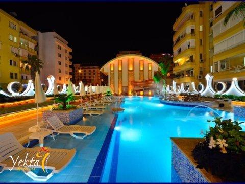 Фотография ночного бассейна